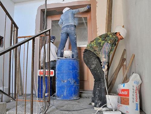 Как заставить управляющую компанию сделать ремонт в подъезде вашего дома?